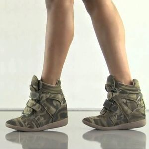 Steve Madden Hilight Wedge Distressed Camo Sneaks